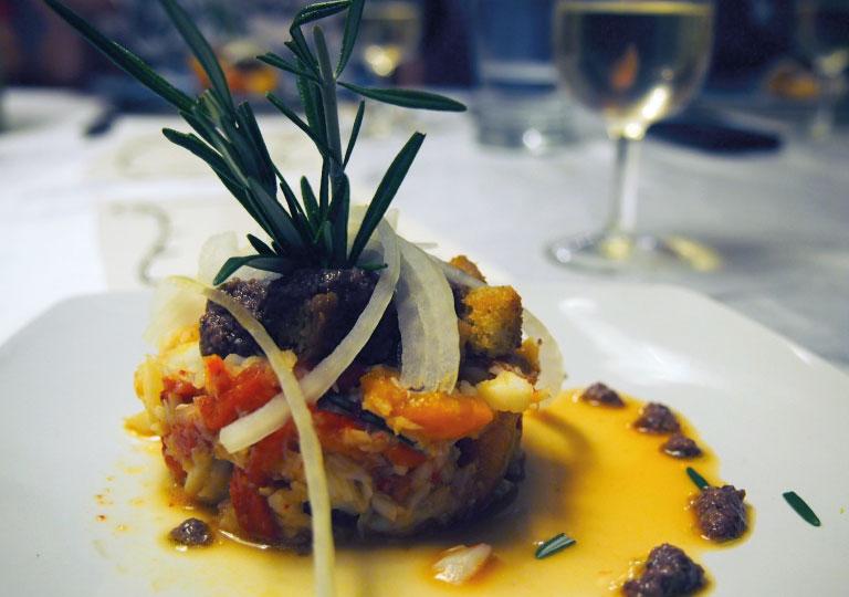 Morue confite et poivrons rôtis avec tapenade d'olives