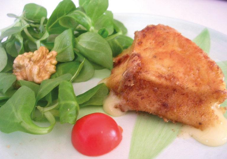 Salade d'endives à la pomme garnie de camembert chaud