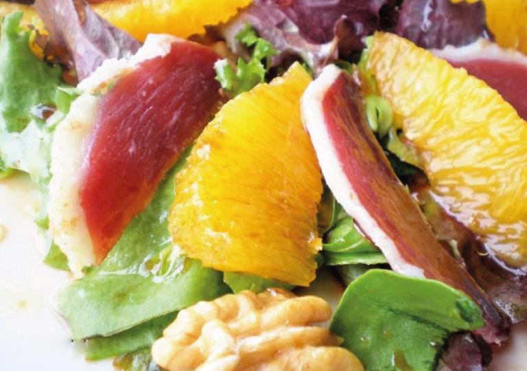 Salade de canard croustillant, vinaigrette miel-orange caramélisée